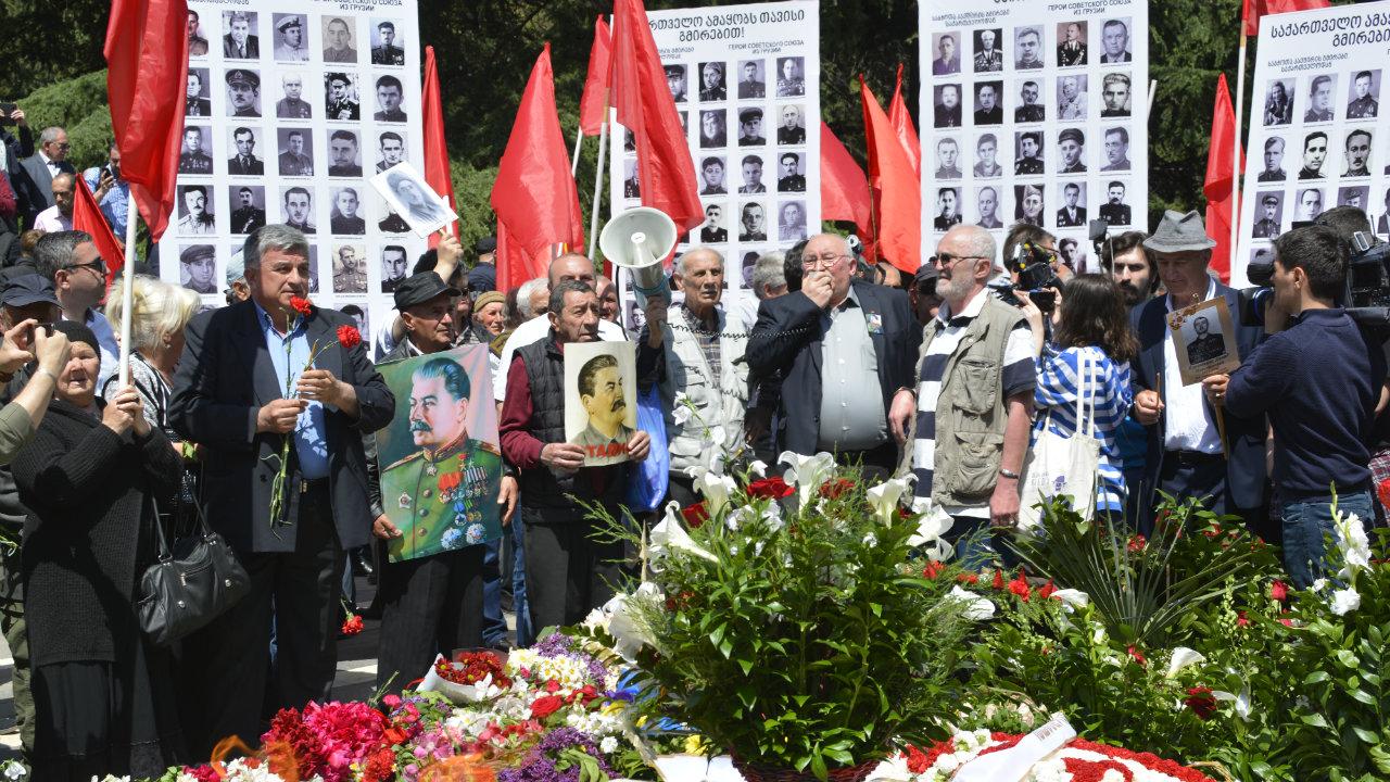 """""""უკვდავი პოლკის"""" წევრები და სტალინისტები ვაკის პარკში. ფოტო: ნეტგაზეთი/მიხეილ გვაძაბია"""