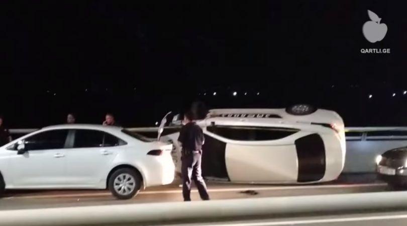 არასრულწლოვანი, რომელსაც პოლიციის მანქანის გატაცებაში ადანაშაულებენ, ბრალს არ აღიარებს