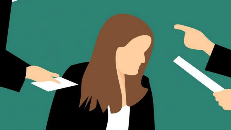 """""""თელასის"""" ყოფილი თანამშრომელი ხელმძღვანელს შევიწროებაში ადანაშაულებს"""