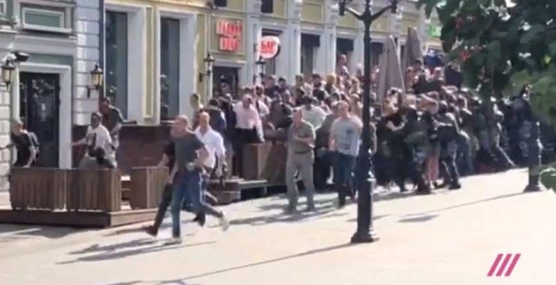 """""""დოჟდი"""": მოსკოვში მერიასთან გამართულ აქციაზე 430-ზე მეტი ადამიანი დააკავეს"""