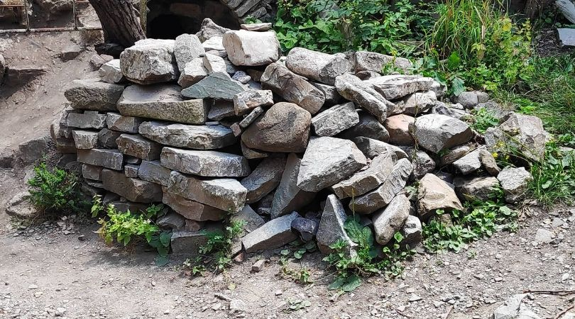 ქვების გროვა კომპლექსის გალავნიდან. ფოტო: ბექა ბარამიძე
