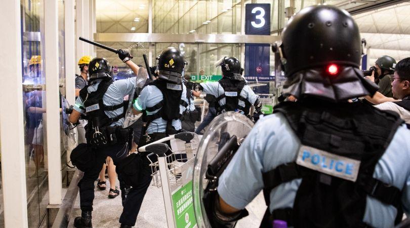 შეტაკებების ღამის შემდეგ ჰონგ-კონგის აეროპორტმა მუშაობა განაახლა