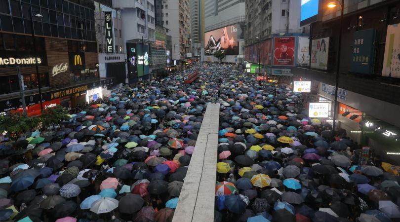 მიუხედავად წვიმისა და საფრთხეებისა, ჰონგ-კონგის ქუჩებში აქციაზე 1.7 მილიონი ადამიანი გამოვიდა