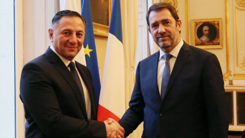 """""""ძალიან მკაცრები ვიქნებით"""" – საფრანგეთის შს მინისტრი ქართველ თავშესაფრის მაძიებლებს"""