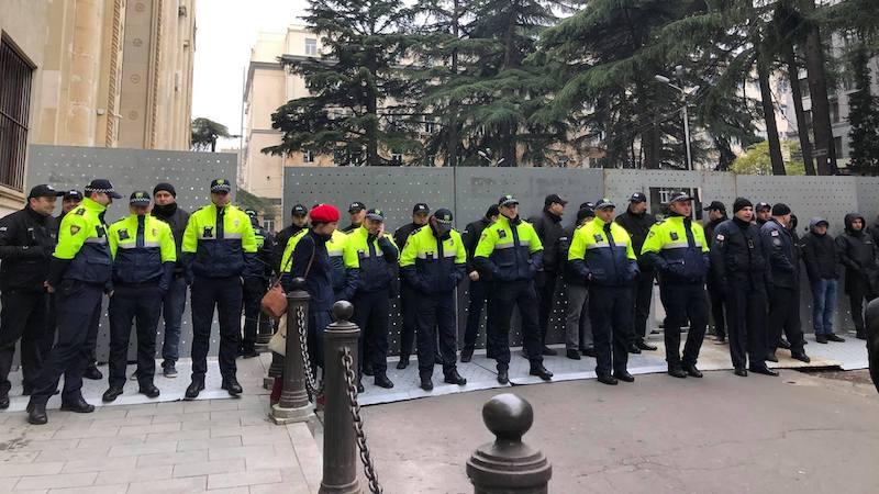 პოლიციას, პარლამენტის გარდა, მთავრობის კანცელარიასთან მისასვლელიც ბლოკირებული აქვს
