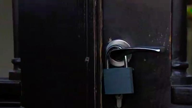 ხაბეიშვილმა საკრებულოს კარს სიმბოლურად ბოქლომი დაადო