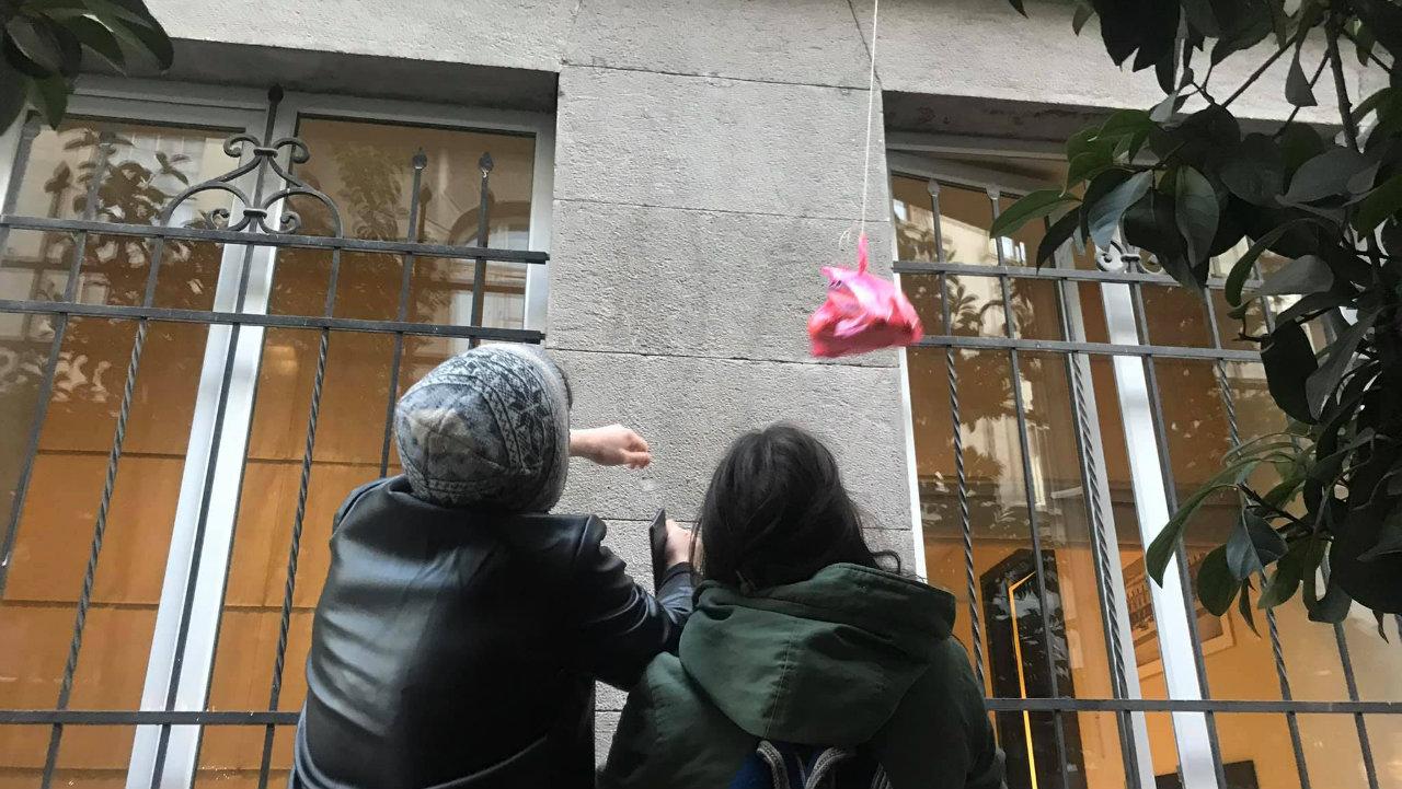 """""""პროტესტი გრძელდება!"""" – აქტივისტებს საკრებულოში საკვებს ფანჯრიდან აწვდიან"""
