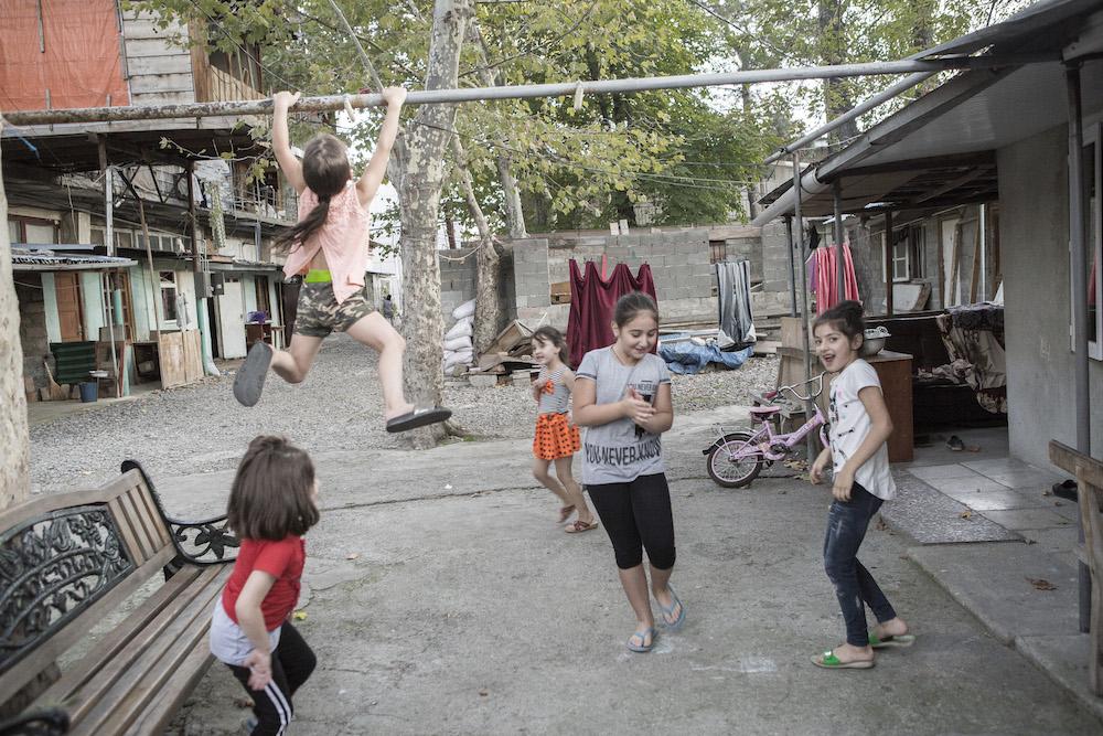 """ბავშვების სათამაშო ტერიტორია სასტუმრო """"უშბას"""" ეზოში; ფოტო: ნათელა გრიგალაშვილი/ნეტგაზეთი"""
