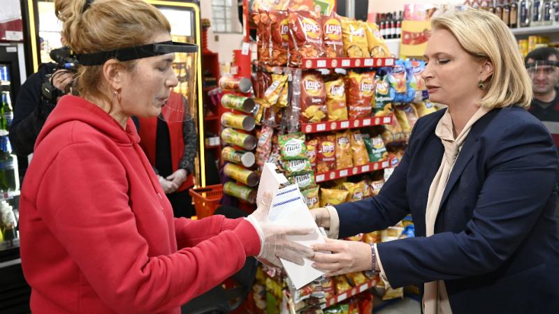 ადგილობრივი წარმოების პირბადეები სასურსათო მაღაზიების თანამშრომლებს დაურიგდათ