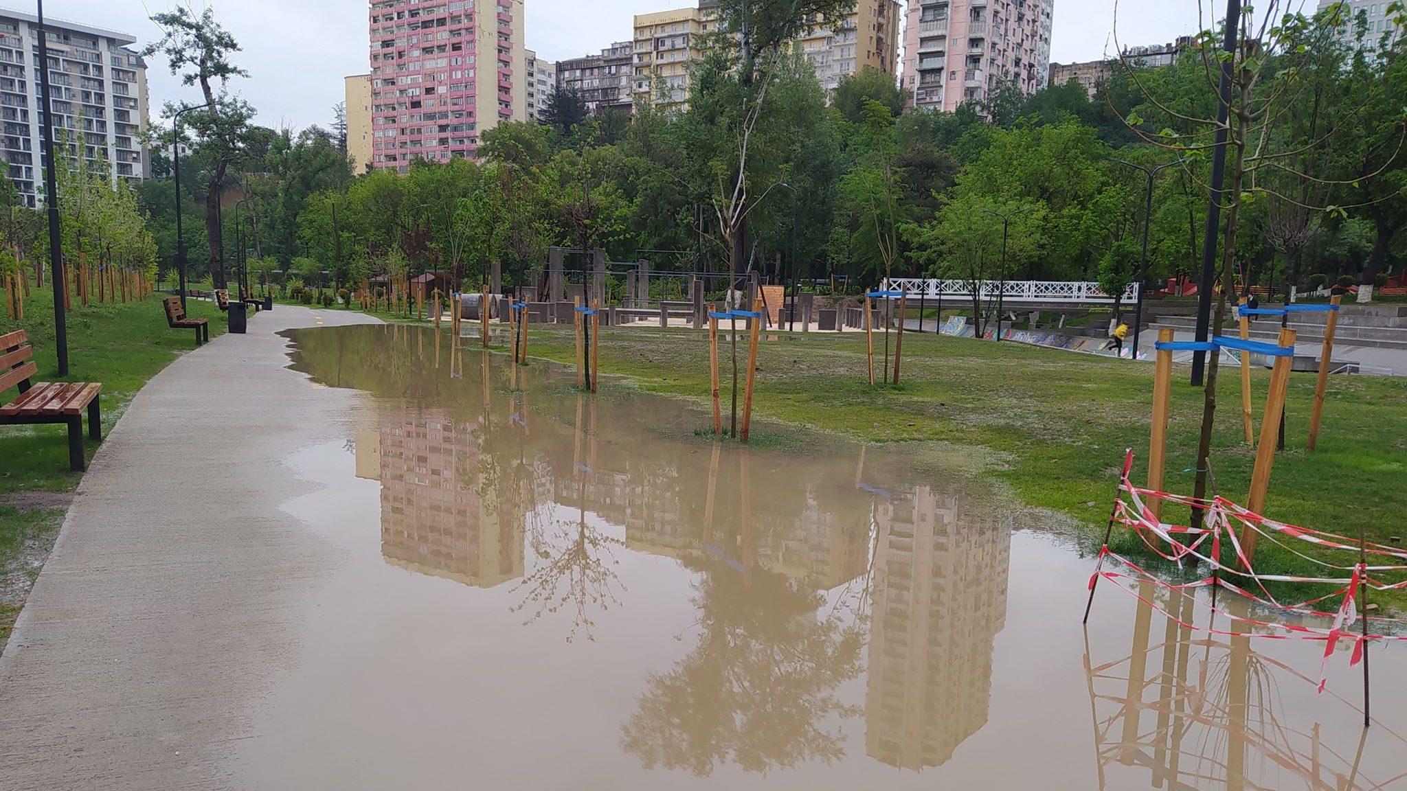 """""""მზიურის"""" რეაბილიტირებულ ნაწილში წვიმის შემდეგ გუბეები გაჩნდა – [ფოტო]"""