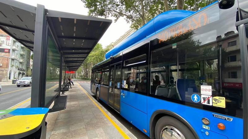 Автобус сбил пешехода на дороге, где недавно изменилась схема движения транспорта