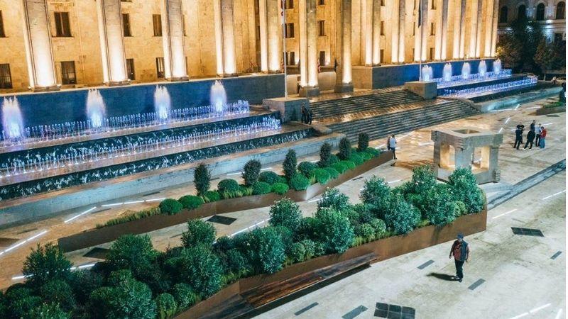 Реабилитация площади перед Парламентом завершилась [Фото]