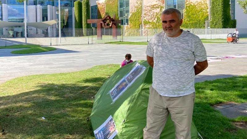 Афган Мухтарлы проводит голодовку у офиса канцлера ФРГ