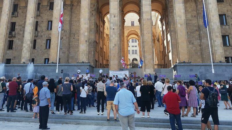 Акция в Тбилиси — родители против онлайн-обучения