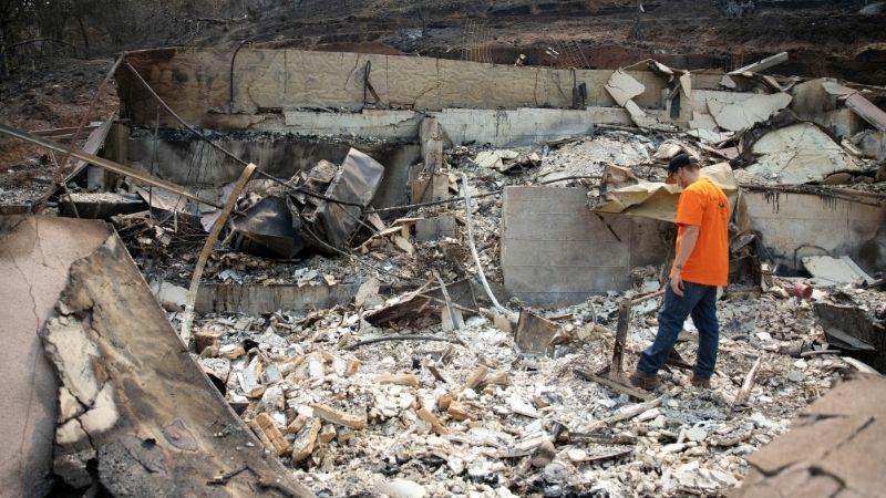 მოქალაქე საკუთარი სახლის ნანგრევებთან კალიფორნიაში. 25.08.2020 ფოტო: EPA