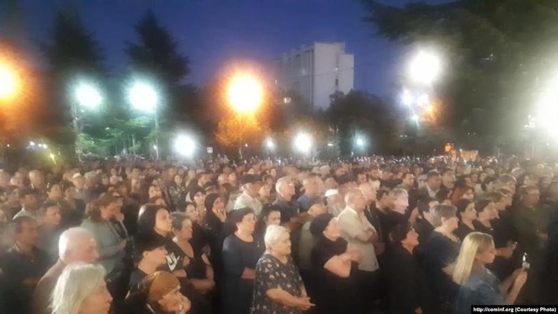 В Цхинвали прошел всеночный митинг. Демонстранты пытались прорваться в здание администрации