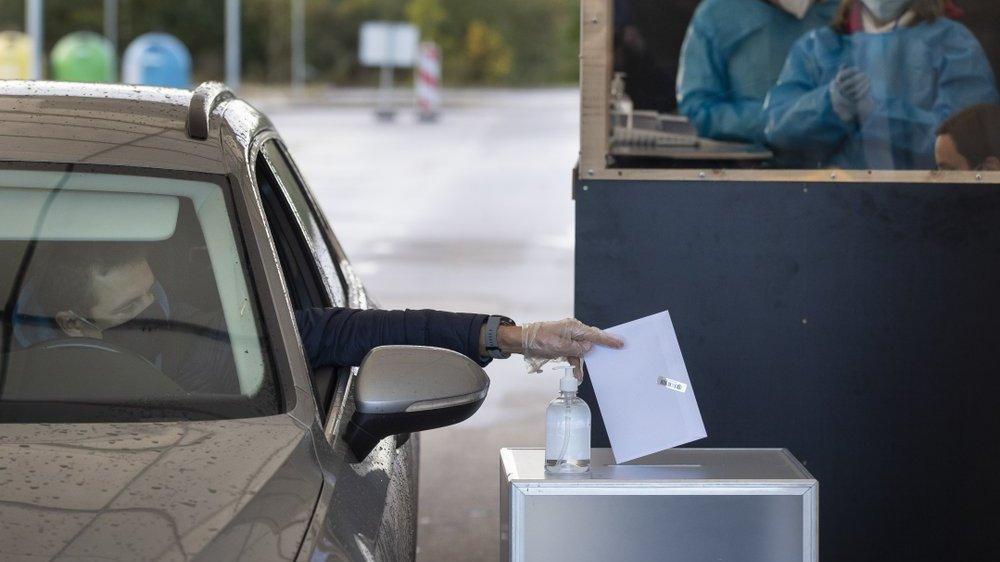 Избиратели в Литве голосовали из своих автомобилей