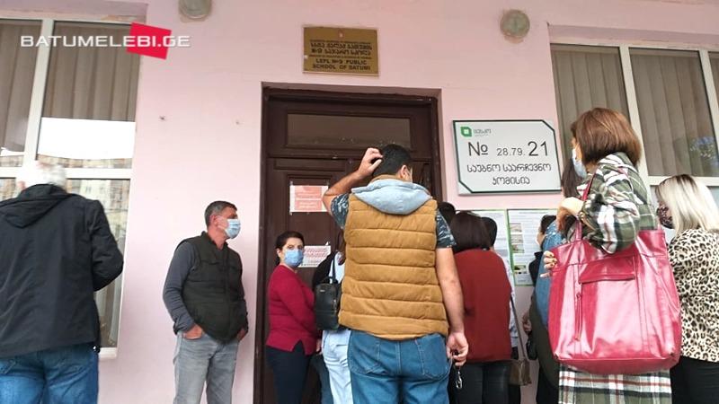 У избирательного участка №21 в Батуми задержали двух человек