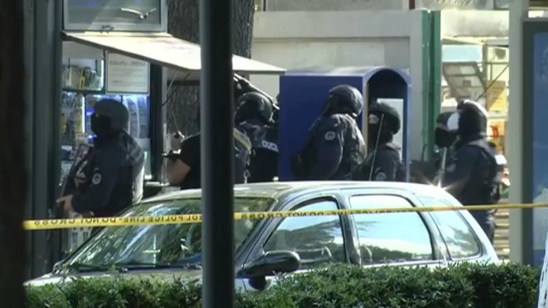 Заложник из Зугдиди: Полиция привезла деньги, они выходят из здания вместе с грабителем