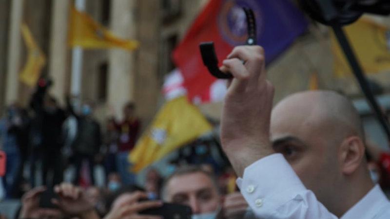 Член ЕНД Ника Мелия демонстративно снял электронный браслет
