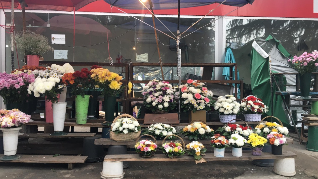 Инспекция труда потребовала убрать прилавки с цветами