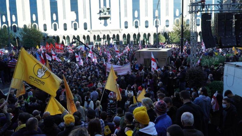 Оппозиция вышла на митинг перед парламентом в знак протеста против результатов выборов