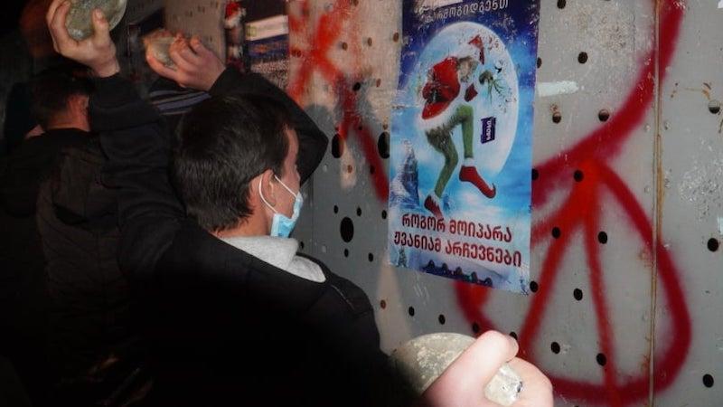 У здания ЦИК Грузии стянуты отряды спецназа. По митингующим пустили струю из водомета