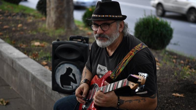 Как пандемия изменила жизнь одного уличного музыканта