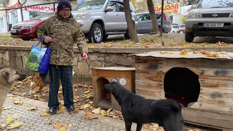 Мужчина, который помогает бездомным животным, сам нуждается в помощи