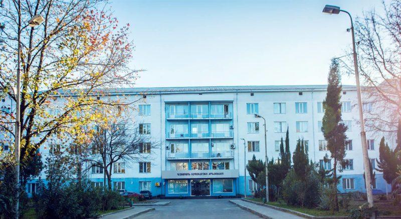 Инцидент в больнице: пациент упал с 4-го этажа и скончался на месте