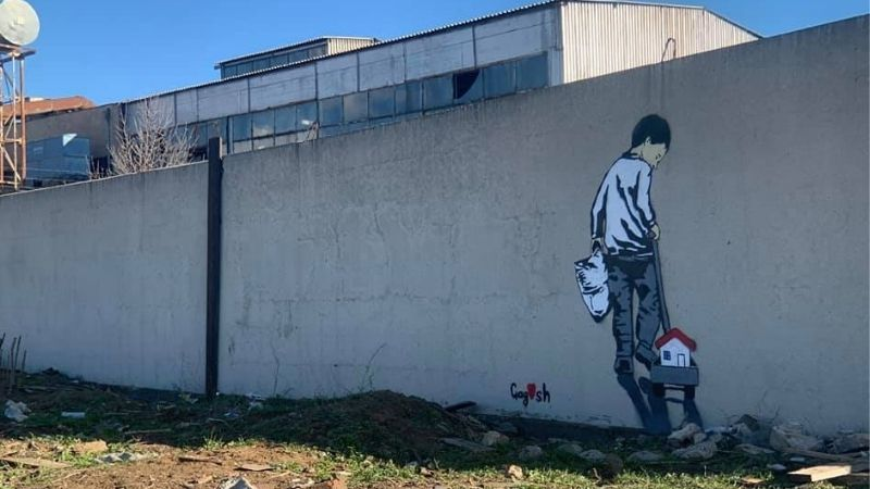 Стрит-арт как форма социального реагирования: на стене в поселке Африка появился мальчик увозящий дом