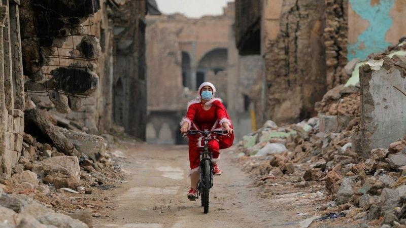 მოსულში ქურთმა ქალმა სანტას ფორმა ჩაიცვა და ბავშვებს საჩუქრები დაურიგა