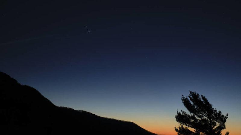 """ღამის ცაზე სატურნის და იუპიტერის """"დიდი შეერთება"""" პირველად 1226 წლის შემდეგ"""
