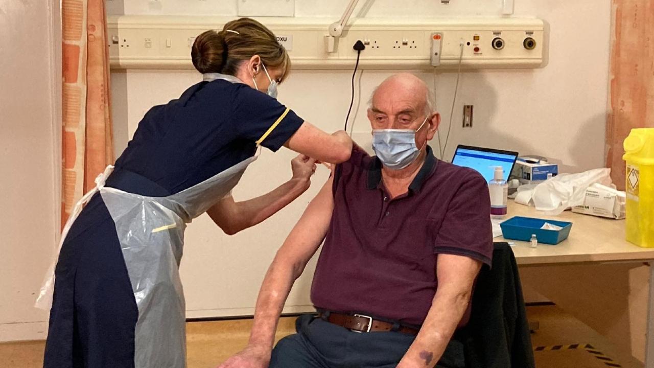 82-летний британец стал первым в мире человеком привитым вакциной AstraZeneca