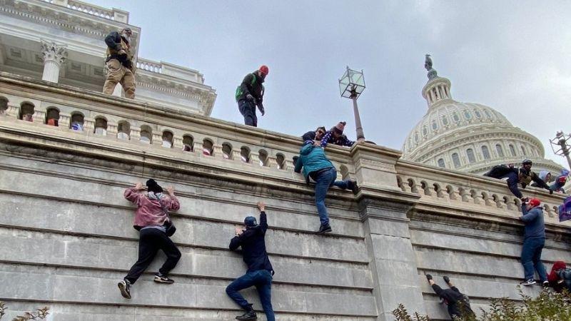 Противостояние в Вашингтоне — сторонники Трампа ворвались в здание Капитолия