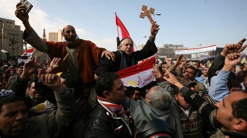ეგვიპტის 25 იანვრის რევოლუცია: აქციის მონაწილეები ჯვრითა და ყურანით ხელში. ფოტო: AMEL PAIN