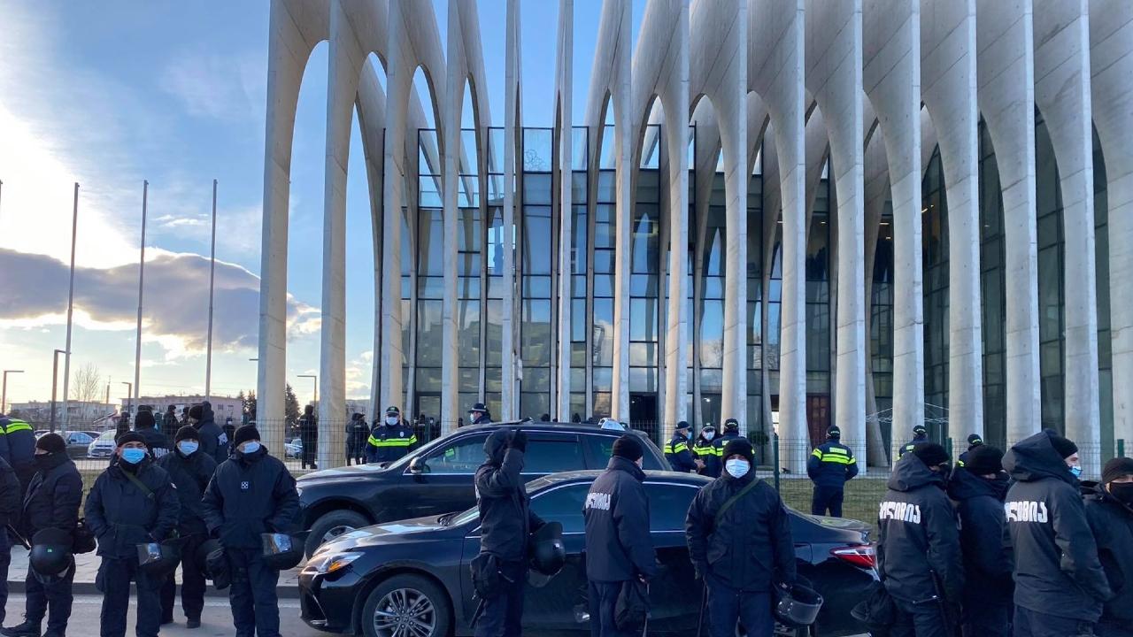 Помимо Мелия у офиса ЕНД полиция задержала и других граждан