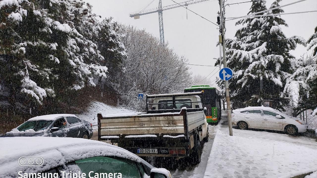 Из-за снега в Тбилиси затруднено движение, дороги посыпают технической солью