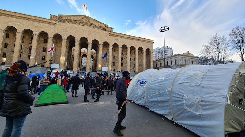 Протестующие установили палатки на проезжей части проспекта Руставели