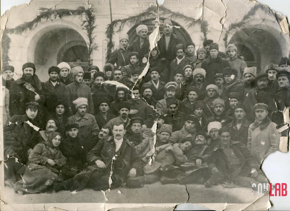 საქართველოს კომპარტიის დელეგატთა ჯგუფი, ყრილობაზე, მოსკოვში(1921). ლადო დუმბაძე - მესამე რიგში, მარცხნიდან მეოთხე. ფოტო: sovlab
