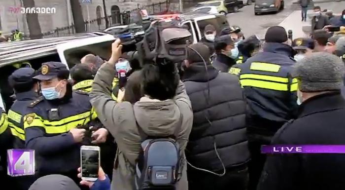 В Тбилиси у здания парламента задержали активистов. Они пытались установить палатку