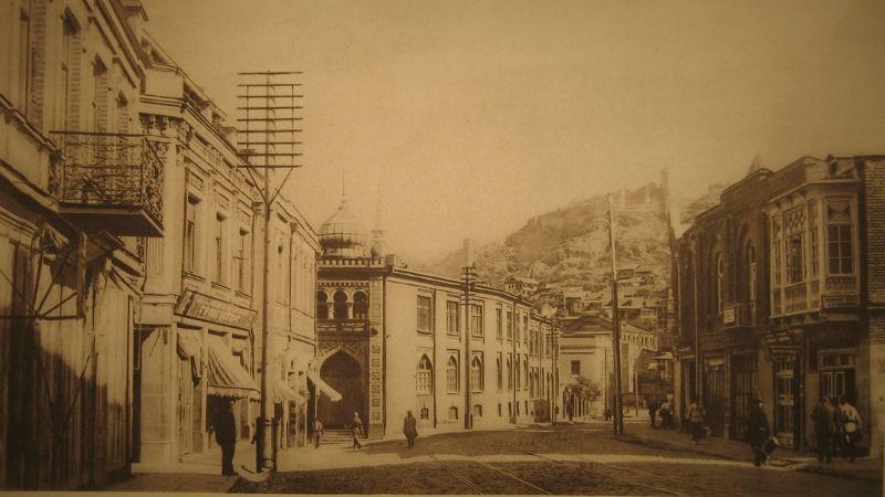 ქუჩის ხედი, რომელზეც ქარვასლის შენობაც ჩანს. ფოტო ალბომიდან: 10 წელი საბჭოთა ტფილისისა, 1921-1931