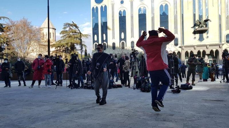 """ცეკვა პარლამენტის წინ, """"ბანდეროლის"""" მუსიკის ფონზე. ფოტო: ნეტგაზეთი/მიხეილ გვაძაბია"""
