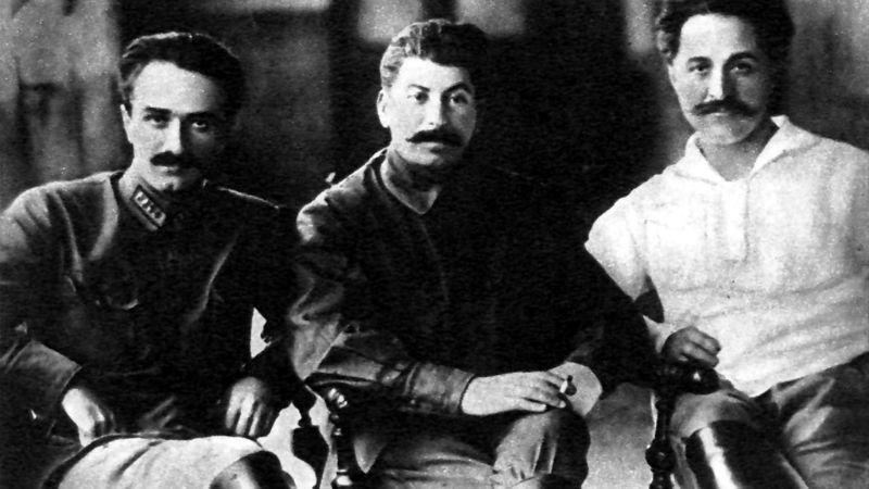 იოსებ სტალინი ანასტან მიქოიანთან და სერგო ორჯონიკიძესთან ერთად