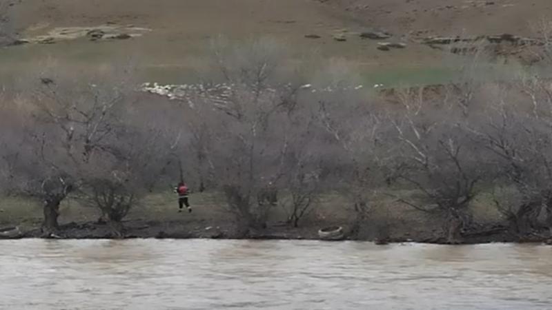 В Грузии на искусственном островке посреди реки остаются два пастуха