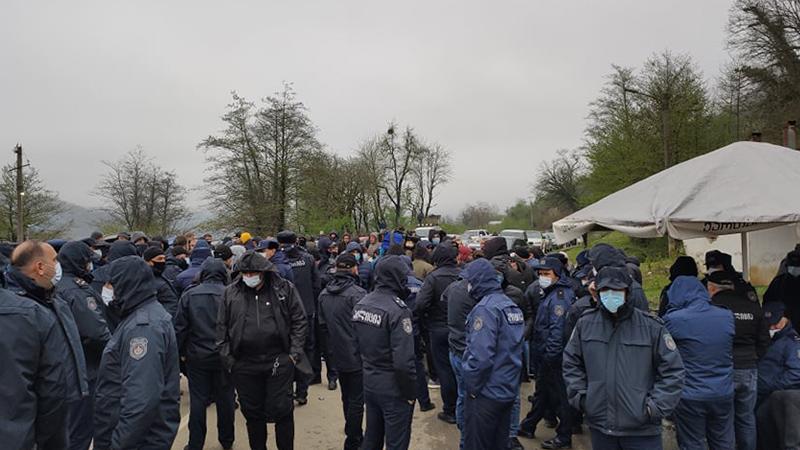 Активист: Дорога у Гумати вновь перекрыта, на месте остается полиция