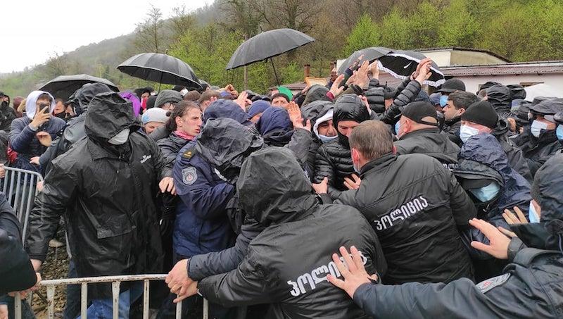 Намахвани ГЭС: Протестующие попытались прорвать кордон полицейских