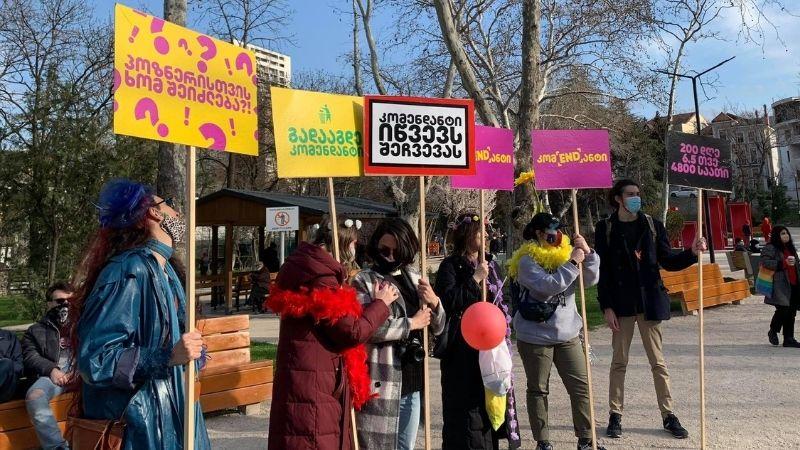 В Тбилиси проходит митинг с требованием отмены комендантского часа