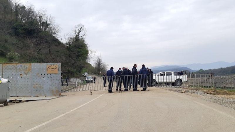 Гумати | С проезжей части убрали железные заграждения, движение по-прежнему ограничено