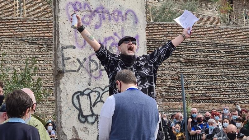Грузинского певца Уцноби оштрафовали за надпись на фрагменте Берлинской стены